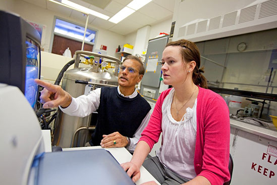 Dr. Madhavan Soundararajan helping a student with undergraduate research